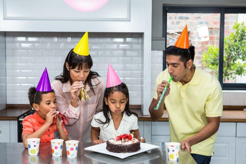 Família feliz que comemora um aniversário fotos de stock