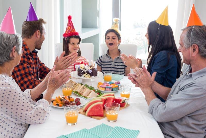 Família feliz que comemora um aniversário imagens de stock royalty free