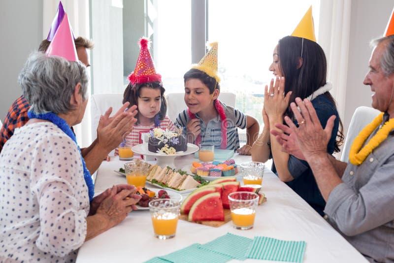 Família feliz que comemora um aniversário imagens de stock