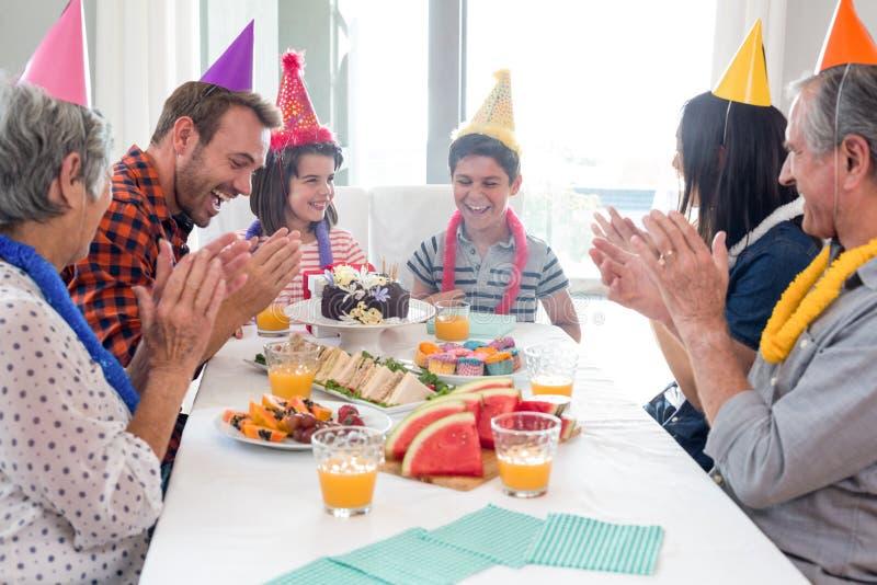 Família feliz que comemora um aniversário imagem de stock royalty free