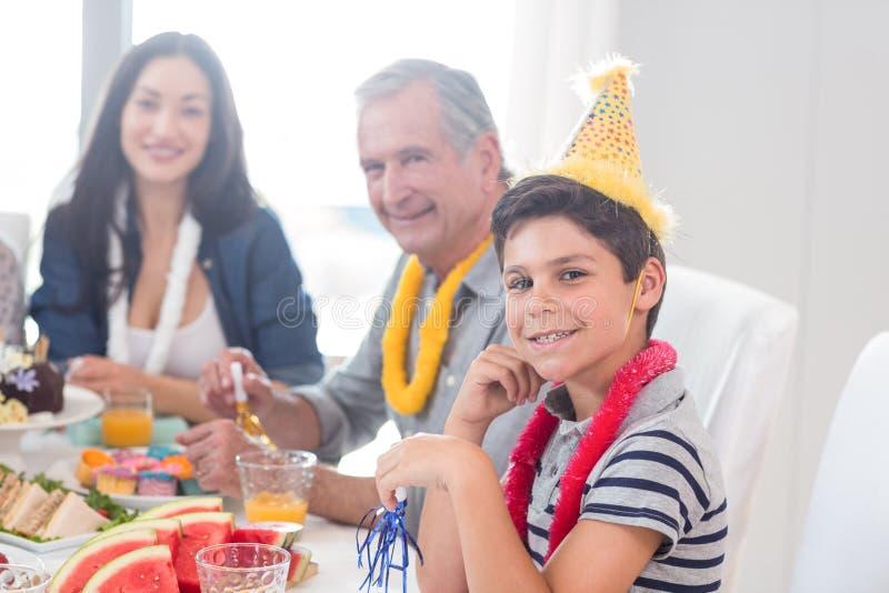 Família feliz que comemora um aniversário foto de stock royalty free
