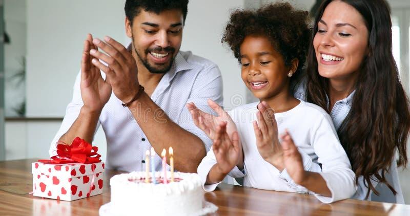 Família feliz que comemora um aniversário junto em casa foto de stock