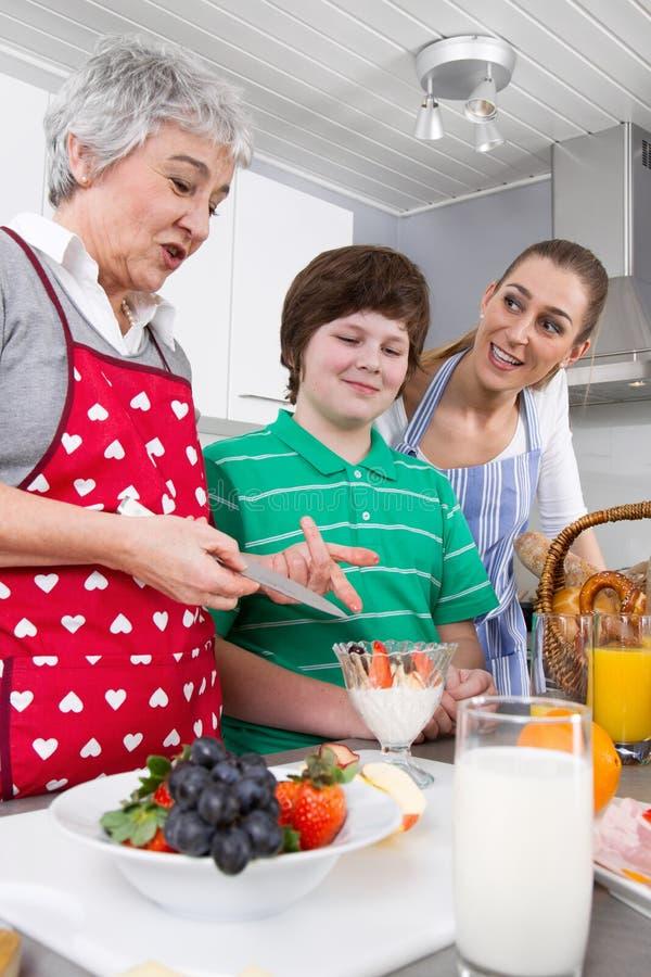 Família feliz que cozinha junto foto de stock royalty free