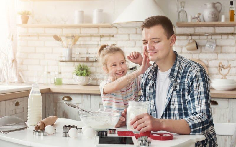 Família feliz que cozinha junto na cozinha foto de stock