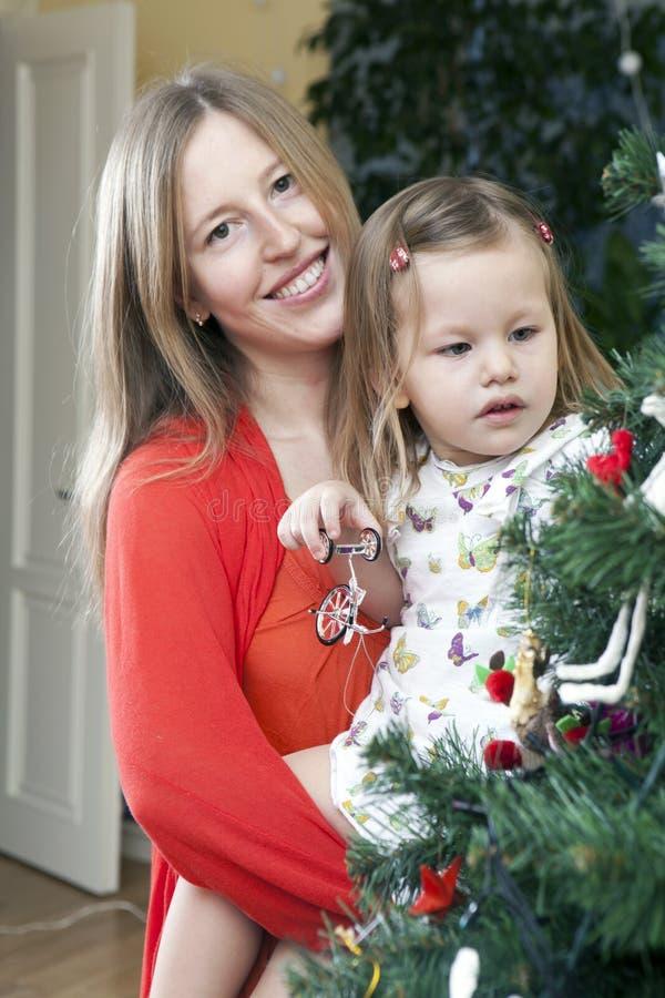 Família feliz que decora imagem de stock royalty free
