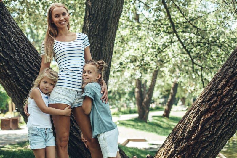 Família feliz que descansa na natureza imagem de stock