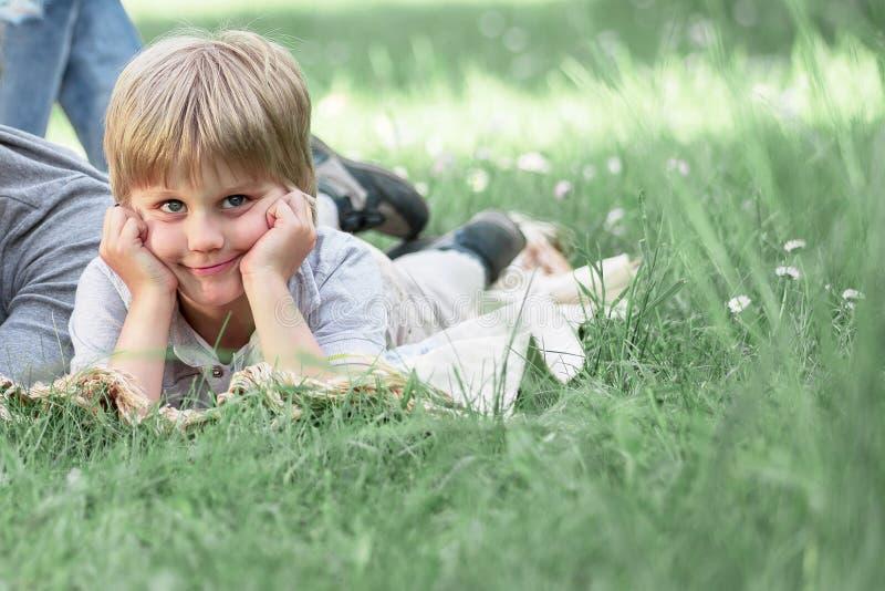 Fam?lia feliz que descansa no verde no gramado em um dia de ver?o fotos de stock