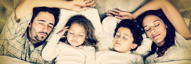 Família feliz que dorme junto imagens de stock