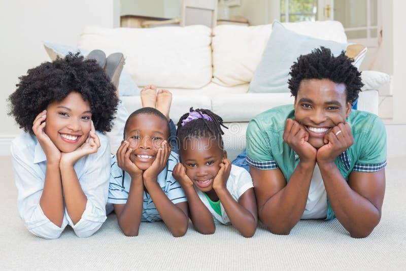 Família feliz que encontra-se no assoalho imagem de stock royalty free
