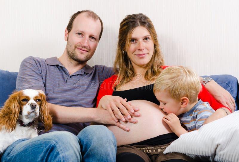 Família feliz que espera o bebê novo imagem de stock