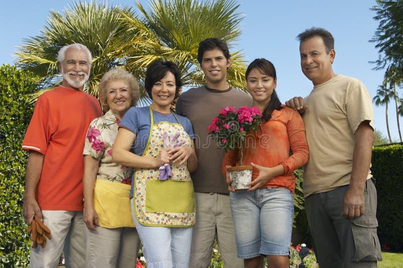 Família feliz que está junto no jardim foto de stock