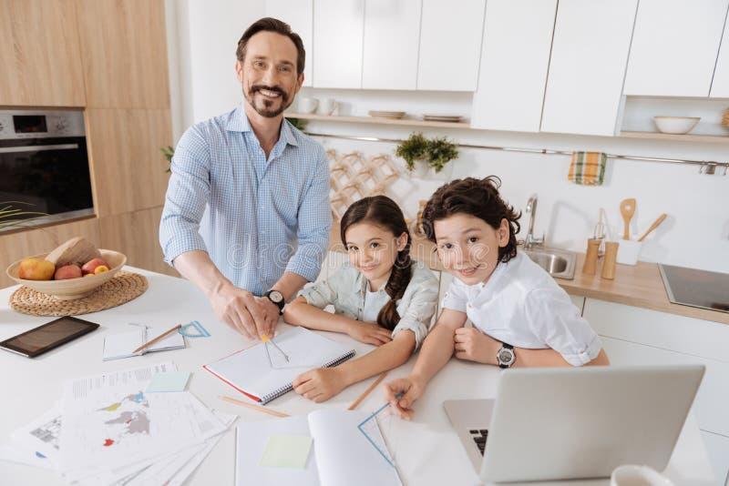 Família feliz que faz a atribuição home da matemática junto fotos de stock