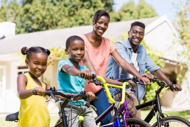 Família feliz que faz a bicicleta imagem de stock