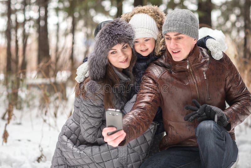 Família feliz que faz o auto fotos de stock