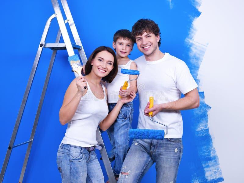 Família feliz que faz a renovação imagens de stock royalty free