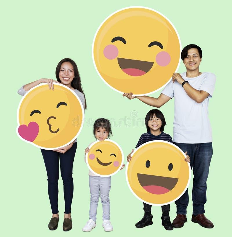 Família feliz que guarda ícones do emoji ilustração royalty free