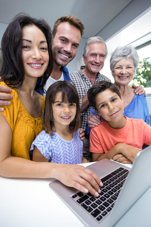 Família feliz que interage usando o portátil foto de stock