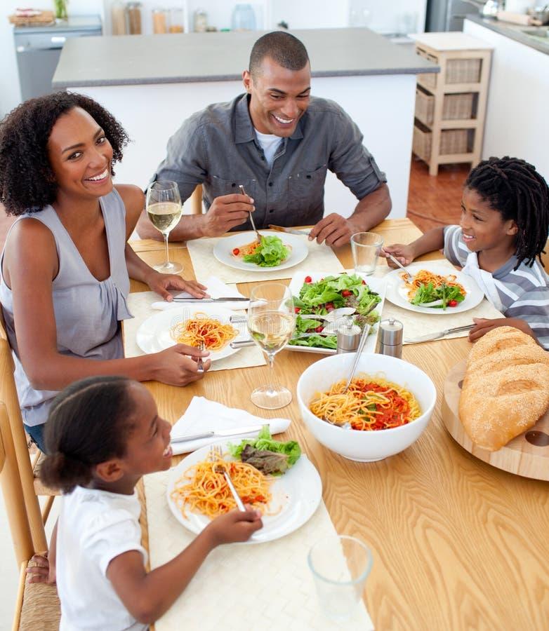 Família feliz que janta junto fotografia de stock