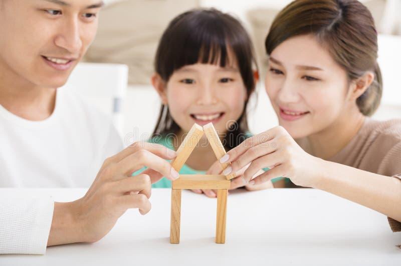 Família feliz que joga com blocos do brinquedo imagens de stock