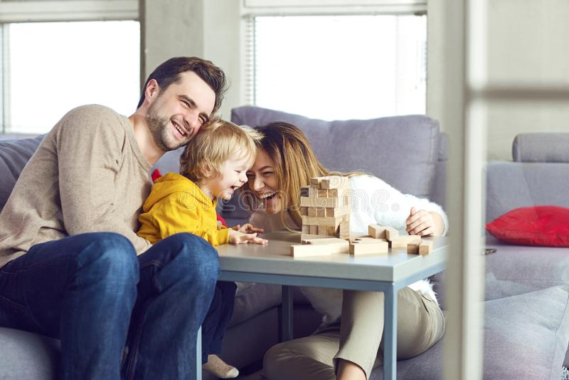 Família feliz que joga jogos de mesa na tabela fotografia de stock royalty free