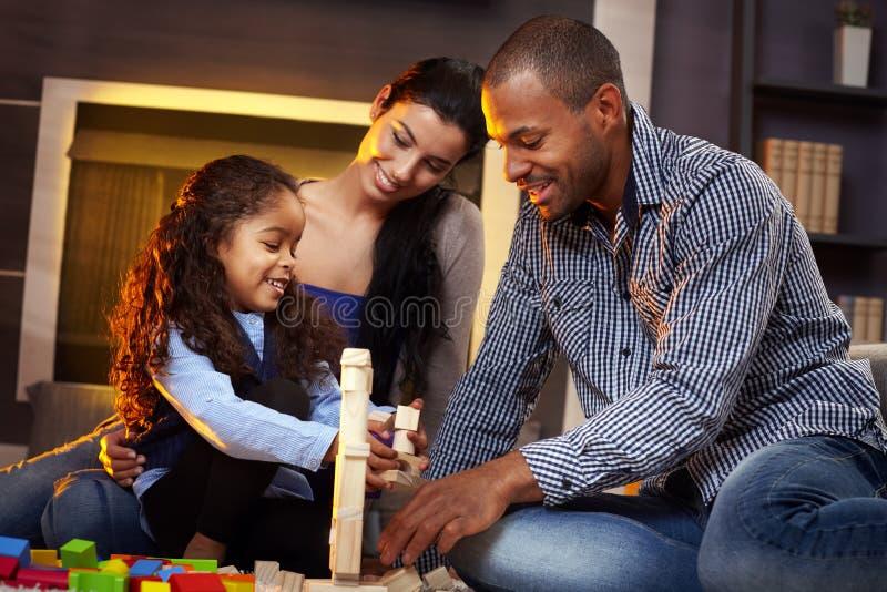 Família feliz que joga junto em casa fotografia de stock