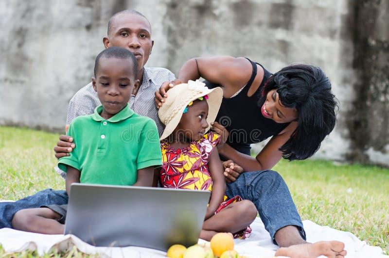 Família feliz que joga no parque fotos de stock royalty free