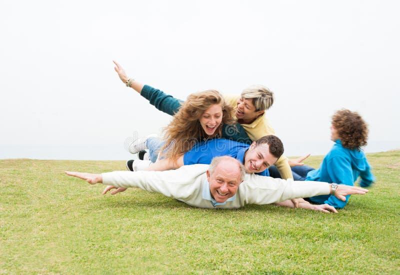 Família feliz que joga no parque fotos de stock