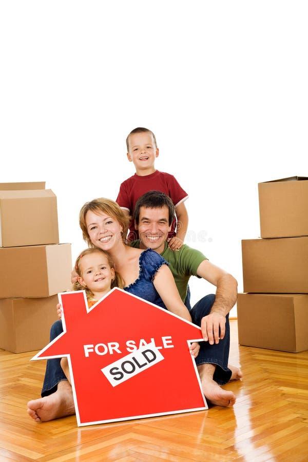 Família feliz que move-se em uma HOME nova