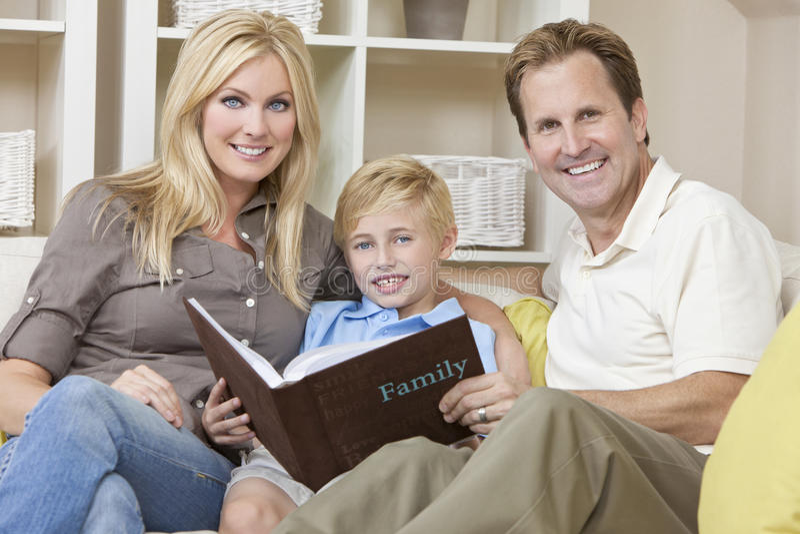 Família feliz que olha o álbum de foto foto de stock royalty free