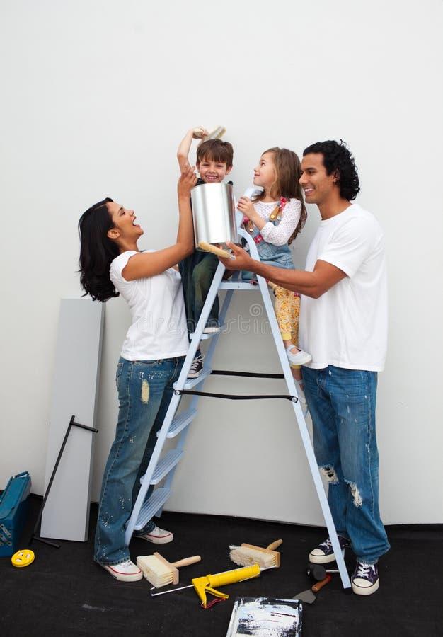 Download Família Feliz Que Pinta Um Quarto Foto de Stock - Imagem de feliz, escova: 12809724