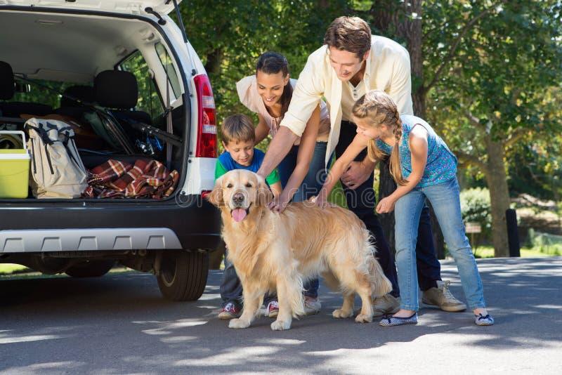 Família feliz que prepara-se para a viagem por estrada fotografia de stock