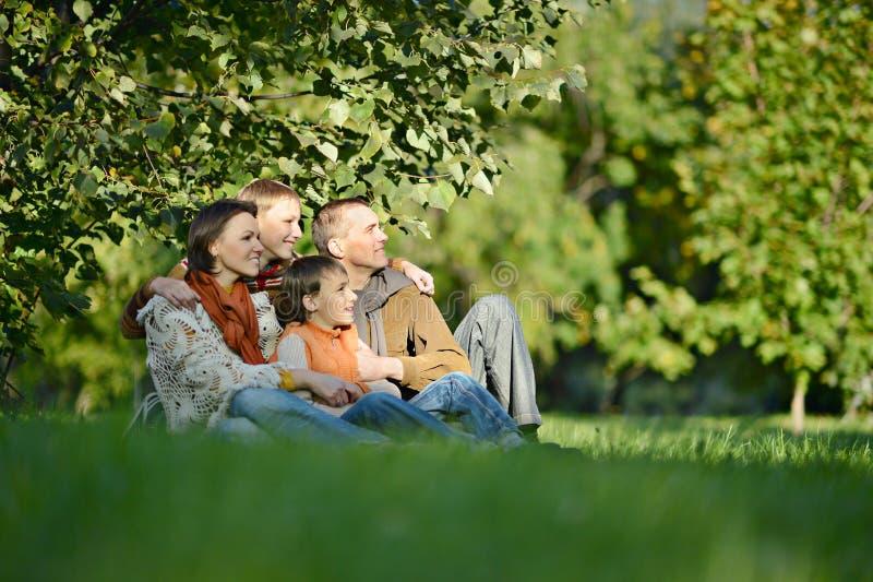 Família feliz que relaxa foto de stock