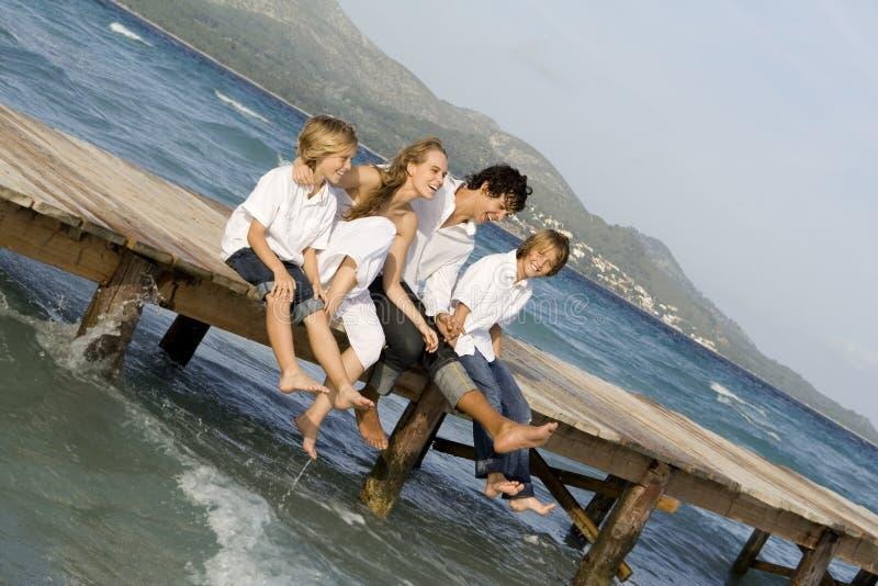 Família feliz que relaxa em férias imagens de stock