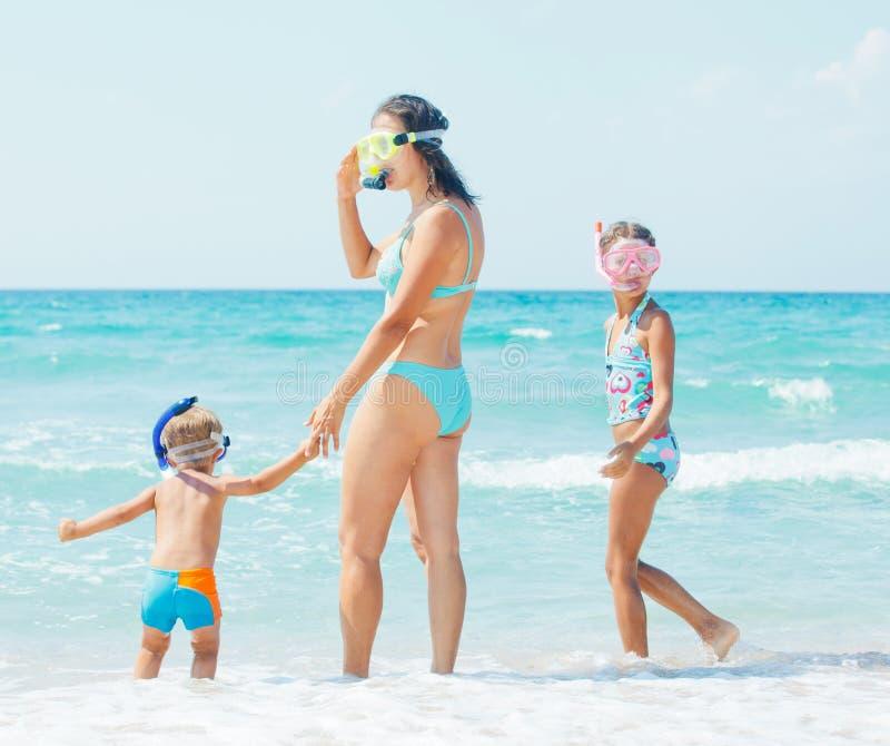 Família feliz que snorkeling fotos de stock royalty free