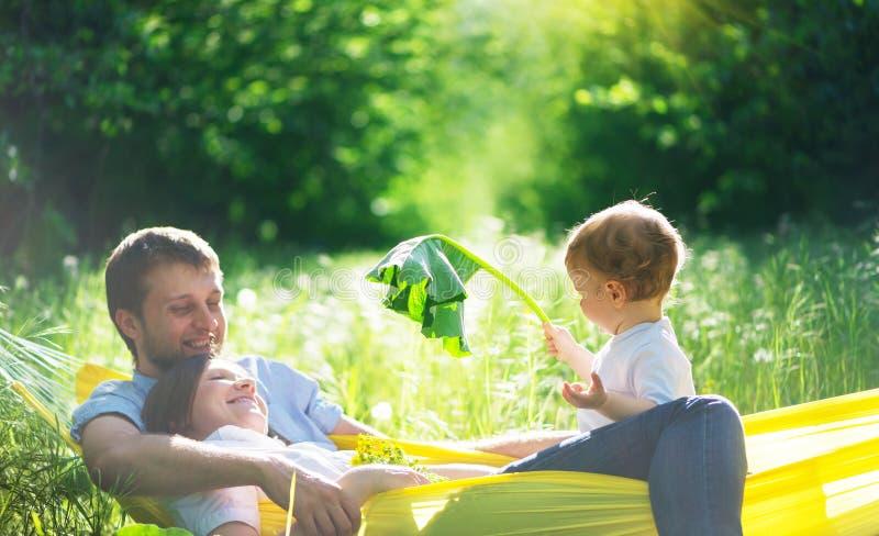 Família feliz que tem o divertimento foto de stock