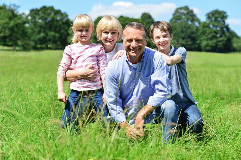 Família feliz que tem o divertimento em fora imagens de stock