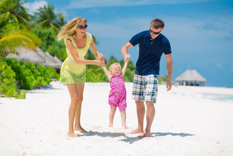 Família feliz que tem o divertimento em Maldivas foto de stock