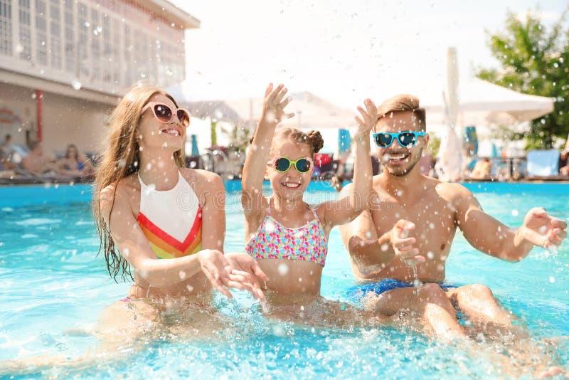 Família feliz que tem o divertimento na associação fotos de stock royalty free