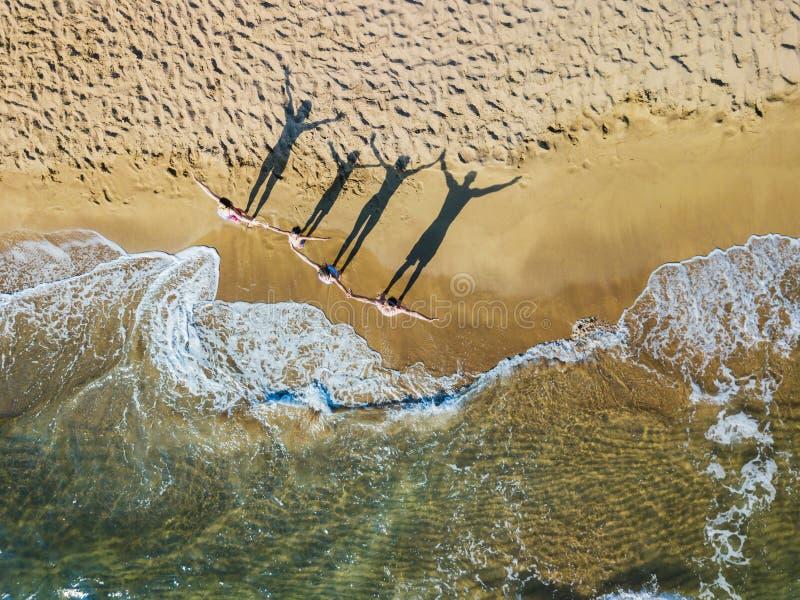 Família feliz que tem o divertimento no lazer do verão Foto aérea da opinião do olho do ` s do pássaro do zangão fotografia de stock