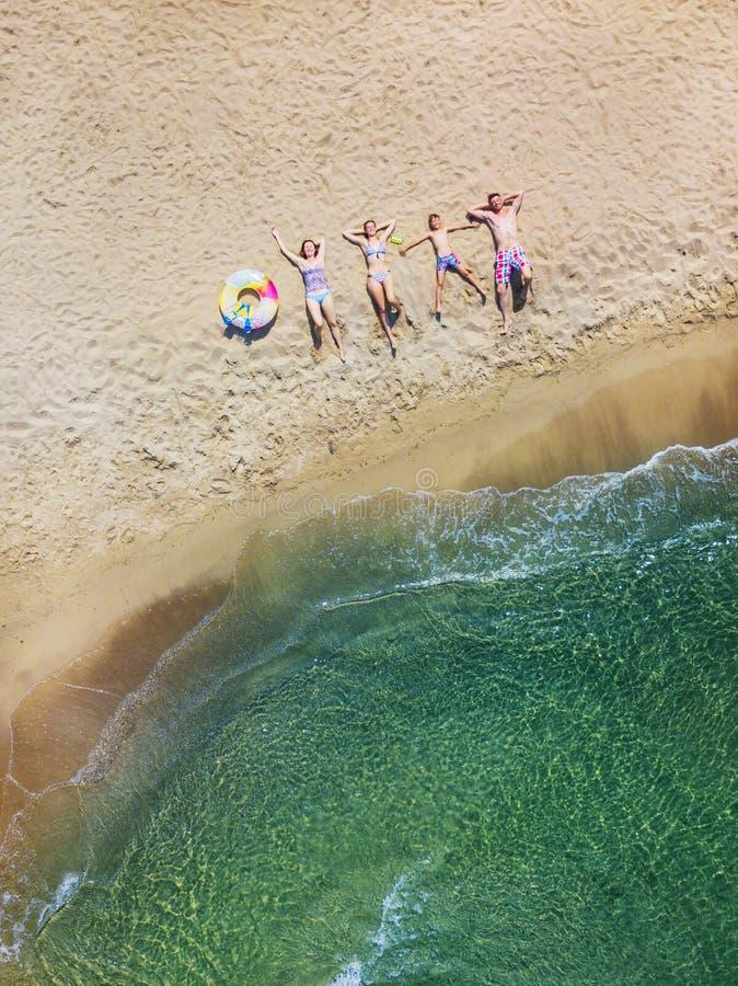 Família feliz que tem o divertimento no lazer do verão Foto aérea da opinião do olho do ` s do pássaro do zangão imagem de stock royalty free