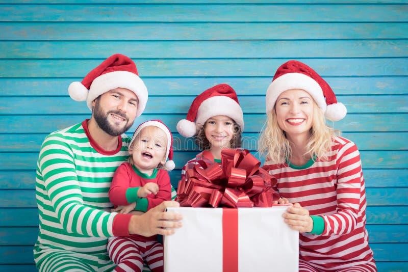 Família feliz que tem o divertimento no tempo do Natal foto de stock royalty free