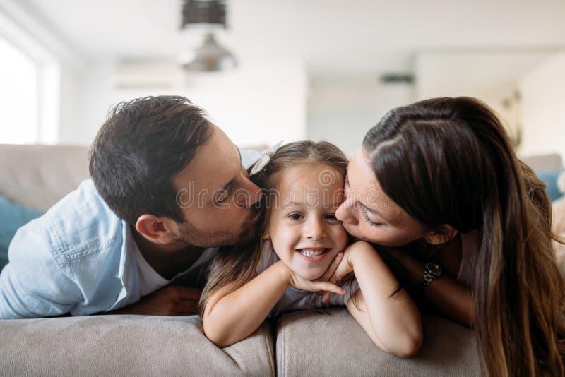 Família feliz que tem o tempo do divertimento em casa foto de stock