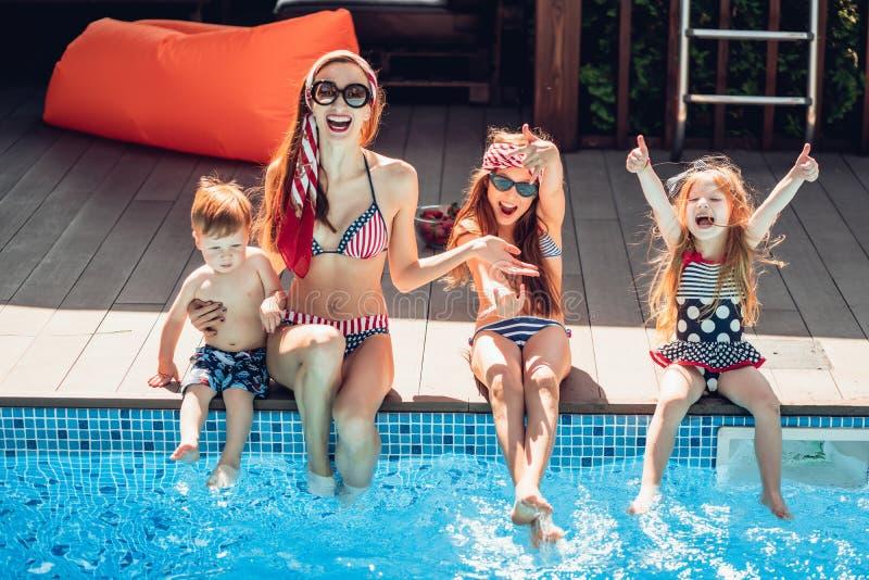Família feliz que tem o tempo do divertimento no lado da associação fotografia de stock