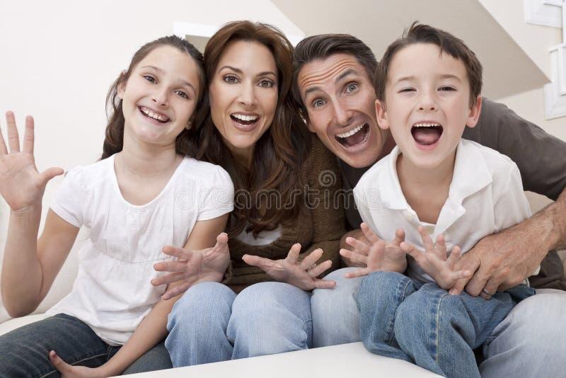 Família feliz que tem rir de assento do divertimento para casa