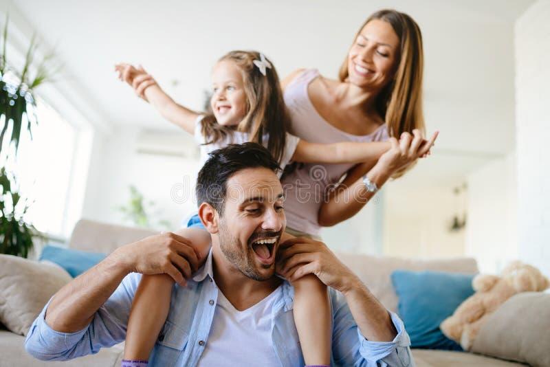 Família feliz que tem tempos do divertimento em casa fotos de stock royalty free