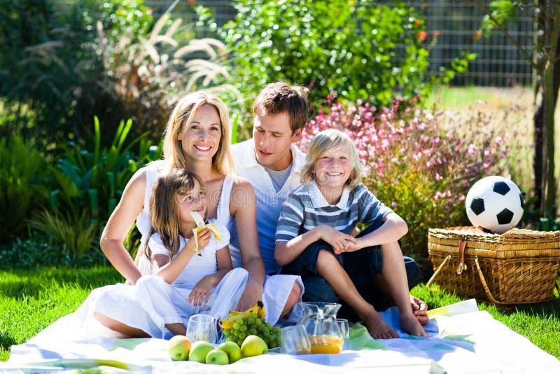 Família feliz que tem um piquenique foto de stock