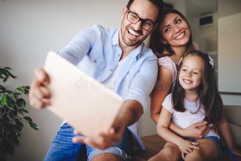 Família feliz que toma o selfie em sua casa fotografia de stock