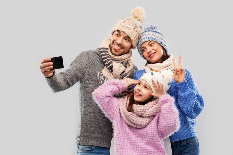 Família feliz que toma o selfie pelo smartphone imagens de stock royalty free