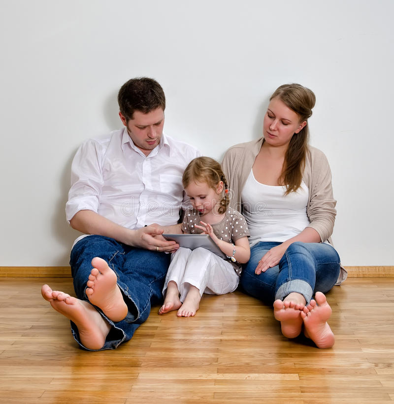Família feliz que usa o computador da tabuleta fotografia de stock
