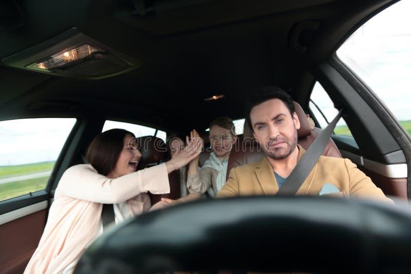 Família feliz que viaja pelo carro fotografia de stock
